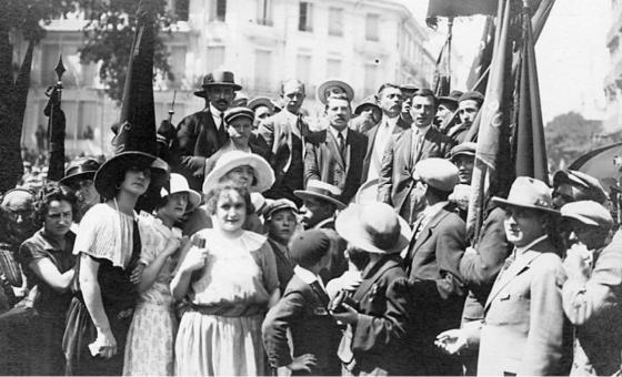 Manifestation célébrant la libération d'André Marty (au centre de l'estrade) le 23 juillet 1923 Perpignan. Photo CHS